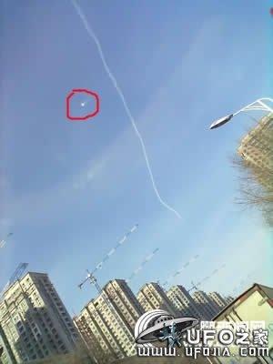 看到空中飞机飞行后留下的一条白色烟雾非常漂亮